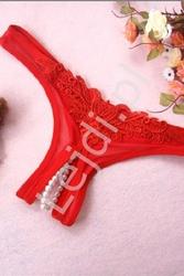 Czerwone stringi z rozcięciem w kroku i perełkami 614