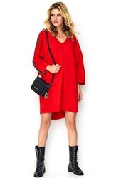 Czerwona dzianinowa luźna sukienka z ozdobną taśmą