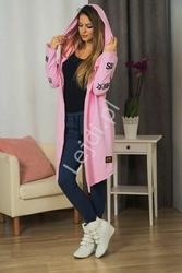 Narzutka damska z kapturem i napisami hashtags w kolorze różowym