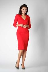 Czerwona dopasowana sukienka wizytowa z trójkątnym wycięciem przy dekolcie