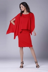 Czerwona dopasowana sukienka z asymetryczną narzutką