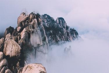 Fototapeta na ścianę szczyty skalnych gór ukryte za mgłą fp 3146