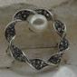 Beata - srebrna broszka z perłą i kryształkami