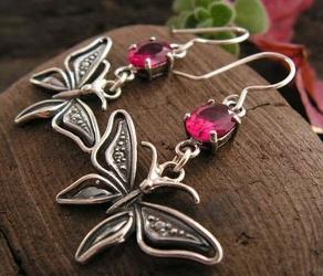 Motylek - srebrne kolczyki z rubinem
