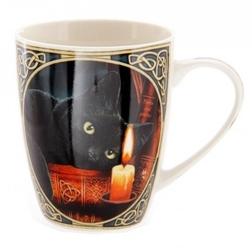 Czarny kot patrzący na świecę  - porcelanowy kubek z nadrukiem projekt: lisa parker