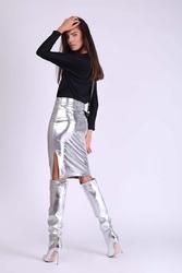Srebrna ołówkowa spódnica z błyszczącej tkaniny z rozporkiem