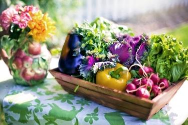 Fototapeta kolorowe warzywa w koszu na stole z kwiatami fp 987