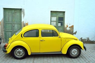 Fototapeta mały żółty samochodzik fp 2379