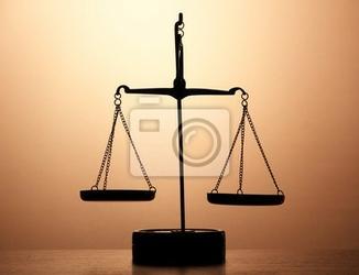 Fototapeta złoto szala sprawiedliwości na tle brązowy
