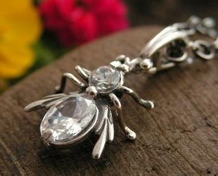 Władca much - srebrny wisiorek z kryształem