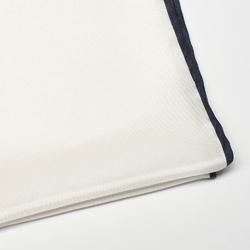 Elegancka biała poszetka jedwabna z granatową obwódką