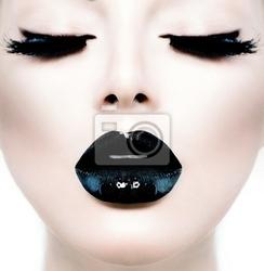 Obraz moda uroda model dziewczyna z czarnym makijaż i długie lushes