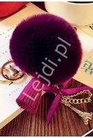 Fioletowy breloczek do torebki, pompon z łańcuszkiem ozdobiony charmsem wieżą eiffla, chwostem i perełką