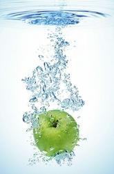 Zielona jabłko w wodzie - fototapeta