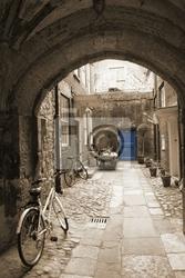 Fototapeta back alley w londynie, z rowerami, niebieskie drzwi na końcu