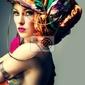 Obraz zdjęcie z rudowłosą kobietą w fryzurze z kolorowym tkaniny