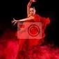 Obraz młoda kobieta, taniec latino na ciemnym tle zadymionych