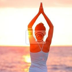 Obraz joga medytacja kobieta na plaży zachód słońca