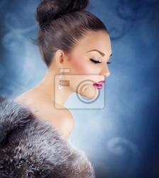 Obraz dziewczyna w futrze winter luxury. fur fashion. biżuteria