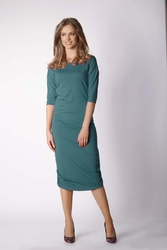 Dopasowana zielona sukienka midi marszczona na bokach