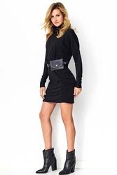 Czarna drapowana sukienka z golfem