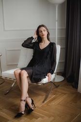 Czarna szyfonowa marszczona sukienka z falbankami