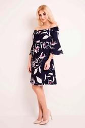 Granatowa sukienka w kwiaty z odkrytymi ramionami