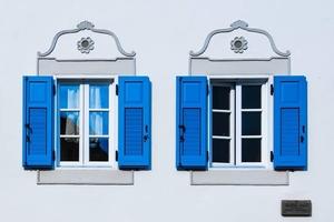 Niebieskie okiennice - plakat premium wymiar do wyboru: 100x70 cm