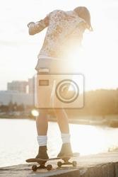 Plakat kobieta z deskorolka