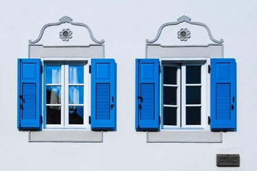 Niebieskie okiennice - plakat premium wymiar do wyboru: 91,5x61 cm