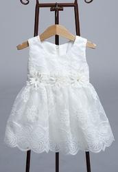 Biała sukienka dla dziewczynki z koronki z kwiatkami z perełką w środku przy pasie