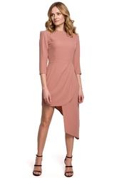 Elegancka sukienka z asymetrycznym dołem podkreślająca talię różana k047