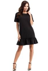 Czarna sukienka trapezowa zakończona falbanką