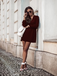 Lekka sukienka w serek z gumką w talii - bordowa