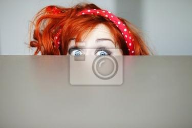 Plakat zabawna dziewczyna ukrywa się za stołem
