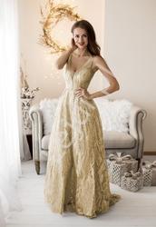 Długa złota suknia z brokatowymi wzorami i trenem 2235