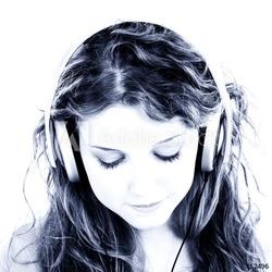 Obraz na płótnie canvas piękna nastolatka słuchania słuchawek
