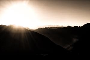 Fototapeta na ścianę ostatnie promienie słońca za ocienionymi górami fp 3938