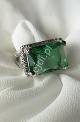 Posrebrzany pierścionek z dużym prostokątnym zielonym kryształkiem