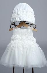 Biała sukieneczka z czapeczką - idealna na chrzciny dla dziecka