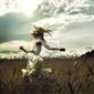 Obraz dziewczyna biegnie przez pola