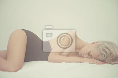Obraz zmysłowa kobieta w łóżku