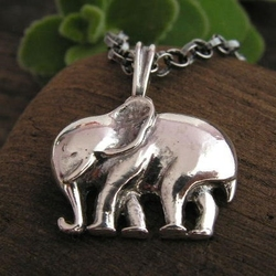 Słoń - srebrny wisiorek na szczęście