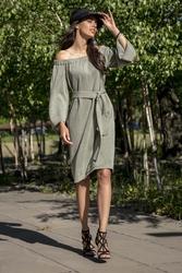 Oliwkowa casualowa sukienka z dekoltem carmen przewiązana paskiem