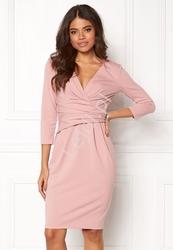 Sukienka z drapowaniem w pasie pudrowo różowa , goddiva 918a