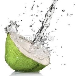 Naklejka samoprzylepna zielony kokos z plusk wody na białym tle