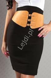 Czarna ołówkowa spódnica z brązowym paskiem z klamerkami