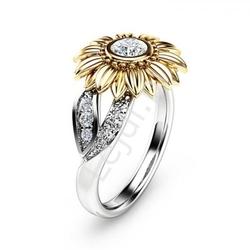 Posrebrzany i pozłacany pierścionek stokrotka z oczkiem