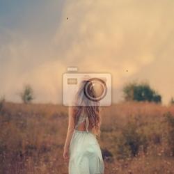 Fototapeta blond dziewczyny z pięknymi włosami cieszy świeżość