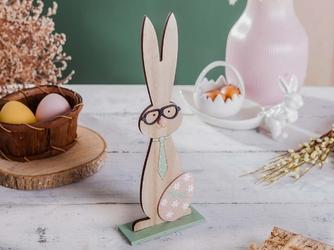 Ozdoba wielkanocna  figurka drewniana zając w okularach i krawacie, z pisanką altom design 31 x 12 cm